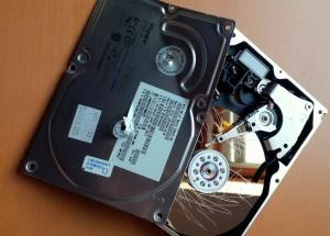 Sie wollen wirklich Ihre alte Festplatte richtig löschen? Dann lösen Sie die Schrauben. (Bildrechte: FRAGDENSTEIN.DE/ Stein)