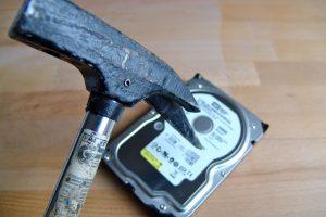 Festplatte mit Hammer (Bildrechte: FRAGDENSTEIN.DE/ Stein)