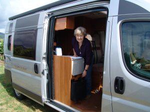 Ein Wohnmobil auf Kastenwagen-Basis hat eine große seitliche Schiebetür. (Bildrechts: FRAGDENSTEIN.DE/ Stein)