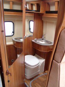 Das Bad bietet Toilette, Waschbecken und Dusche - hinter einer Schranktür. (Bildrechte: FRAGDENSTEIN.DE/ Stein)