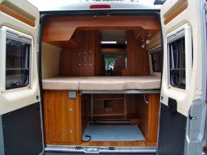 Sehr flexibel: Das Bett in diesem Kastenmwagen-Wohnmobil kann zusammengelegt werden. Stauraum darunter gibt's reichlich. (Bildrechte: FRAGDENSTEIN.DE/ Stein)