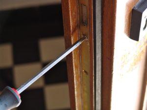 Zylinderschloss austauschen: Der Zylinder wird von einer Schraube in der Tür gehalten. Dreht man sie heraus. kann man den Zylinder einfach herausziehen. (Bildrechte: FRAGDENSTEIN.DE/ Stein)
