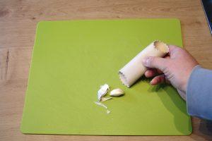 Mit einer vergleichsweise simplen Silikon-Rolle lässt sich Knoblauch schälen, ohne dass hinterher die Finger riechen. (Bildrechte: FRAGDENSTEIN.DE/ Stein)