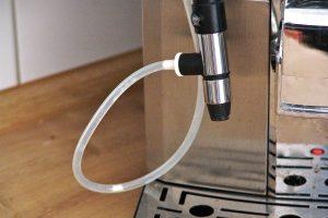 Alle Teile gründlich abwaschen und mit einer kleinen Milchschlauchbürste reinigen - dann klappt's auch wieder mit dem Milchschaum. (Bildrechte: FRAGDENSTEIN.DE/ Stein)