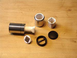 Ein Knoblauch-Schneider besteht aus einer Vielzahl an Einzelteilen. (Bildrechte: FRAGDENSTEIN.DE/ Stein)
