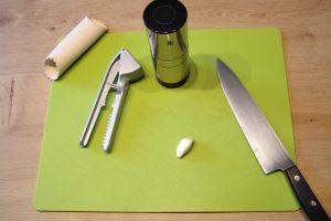 Knoblauch verarbeiten: Eine kleine Zehe, jede Menge Technik. (Bildrechte: FRAGDENSTEIN.DE/ Stein)