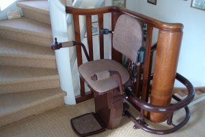 Ein Treppenlift mit Sitz kann auf einem Rohr oder zwei Rohren fahren. (Bildrechte: FRAGDENSTEIN.DE/ Stein)