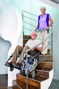 Eine mobile Treppensteighilfe wie das Scalamobil muss von einer zweiten Person bedient werden. (Foto: Fa. Alber)