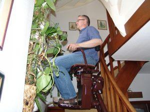 Ein Treppenlift kann gerade oder kurvige Treppen überwinden. (Bildrechte: FRADENSTEIN.DE/ Stein)