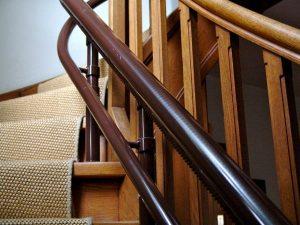 Trotz der Schienen bleibt die Treppe auch zu Fuß nutzbar. (Bildrechte: FRAGDENSTEIN.DE/ Stein)