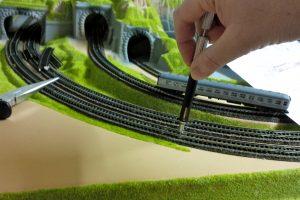 Gleisschrauben lassen sich mit dem richtigen Werkzeug im Handumdrehen eindrehen (Bildrechte: FRAGDENSTEIN.DE/ Stein)
