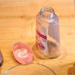 Füllen Sie eine Flüssigseife oder seifenfreie Waschlotion Ihrer Wahl in die Kartusche. Füllen Sie die Kartusche nicht bis oben hin sondern lassen Sie etwa einen Zentimeter frei. (Bildrechte: FRAGDENSTEIN.DE/ Stein)