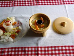 Den Deckel für das Indoor-Modell aus Keramik muss man separat kaufen. (Bildrechte: FRAGDENSTEIN.DE/ Stein)
