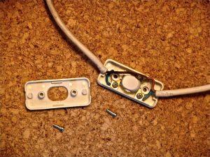 Im Inneren eines Schnurschalters kann es ziemlich eng zugehen. (Bildrechte: FRAGDENSTEIN.DE/ Stein)