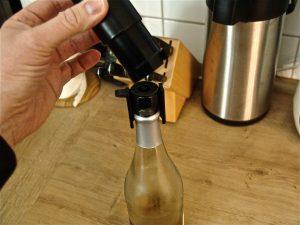 Die Pumpe passt genau auf den Verschluss. Mit ihr erzeugt man in der Flasche einen Überdruck. (Bildrechte: FRAGDENSTEIN.DE/ Stein)