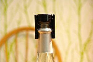Eine Sektflasche wieder verschließen kann man am besten mit einem speziellen Stopfen. (Bildrechte: FRAGDENSTEIN.DE/ Stein)