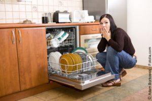 Wenn die Spülmaschine plötzlich nicht mehr richtig spült, kann das einen ganz einfachen Grund haben. (Bildrechte: Adam Borkowski - Fotolia.com)