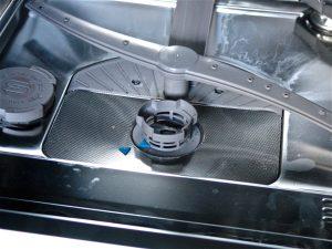 Der Filterinsatz sitzt meist unten in der Mitte des Spülraums. (Bildrechte: FRAGDENSTEIN.DE/ Stein)