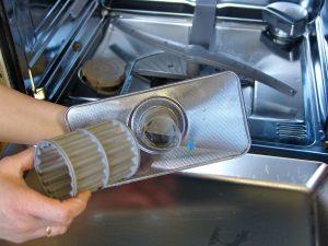 Der Filtereinsatz einer Spülmaschine besteht meist aus mehreren Einzelteilen. (Bildrechte: FRAGDENSTEIN.DE/ Stein)