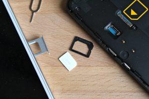 Mit einem solchen Adapter lässt sich eine SIM Karte zwischen zwei Smartphones austauschen. (Bildrechte: FRAGDENSTEIN.DE/ Stein)