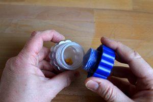 Mit einem Tablettenmörser lassen sich Tabletten zerkleinern oder sogar zu Pulver verarbeiten. (Bildrechte: FRAGDENSTEIN.DE/ Stein)