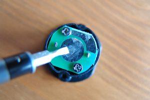 Nur weil die Batterie ausgelaufen ist, müssen Sie ein Gerät häufig nicht wegwerfen. Ich zeige Ihnen, was zu tun ist. (Bildrechte: FRAGDENSTEIN.DE/ Stein)