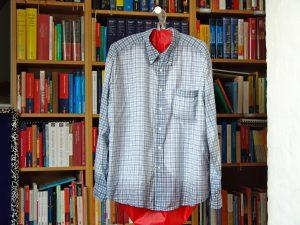 Fertig. Wenn das Hemd tropfnass war, bleibt der Stoff oft an den Nähten noch etwas feucht. (Bildrechte: FRAGDENSTEIN.DE/ Stein)