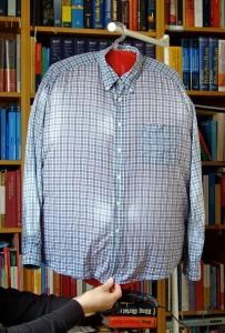 Wenn man beim Fönen die Knopfleiste glattzieht, bleiben dort kaum Knitter. (Bildrechte: FRAGDENSTEIN.DE/ Stein)