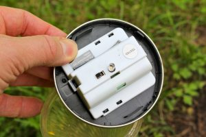 Im Inneren fast jeder Solarleuchte gibt es einen kleinen Schalter. (Bildrechte: FRAGDENSTEIN.DE/ Stein)