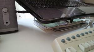 Notebook kühlen und Platz schaffen auf dem Schreibtisch: Ein Notebook-Ständer kann's. (Bildrechte: FRAGDENSTEIN.DE/ Stein)