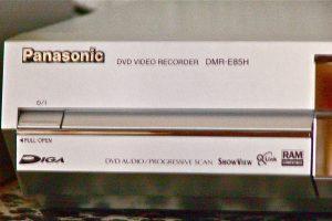 """Bei einem DVD-Rekorder, Typ """"DMR E- ..."""" treten Fehler auf? Ein Bauteil könnte Schuld sein, dass der Panasonic DVD-Rekorder defekt ist. (Bildrechte: FRAGDENSTEIN.DE/ Stein)"""