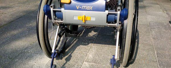 Ein normaler Schiebe-Rollstuhl lässt sich meistens zusammenfalten, so dass er für viele Alltags-Situationen geeignet ist. Aber: Eine zweite Person muss den Rollstuhl eben schieben, was ganz schön anstrengend sein kann. Ein Ausweg kann eine Rollstuhl-Schiebehilfe sein, die auch gleichzeitig beim Bremsen hilft. (Bildrechte: FRAGDENSTEIN.DE/ Stein)