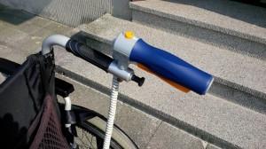 Die Steuerung des Rollstuhls mit der V-Max ist sehr einfach: Es gibt am rechten Handgriff einen zusätzlichen Griff, ähnlich einer Handbremse beim Fahrrad. (Bildrechte: FRAGDENSTEIN.DE/ Stein)