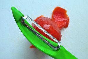 Tomaten schälen - einfach und schnell geht das mit einem speziellen Schälmesser für Tomaten und Paprika. Ein solches Messer sieht auf den ersten Blick aus wie ein Kartoffel-Schälmesser, die Klinge hat allerdings einen Wellenschliff. (Bildrechte: FRAGDENSTEIN.DE/ Stein)