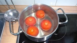 Erst heiß, dann kalt. Tomaten schälen sich beinahe von alleine. (Bildrechte: FRAGDENSTEIN.DE/ Stein)
