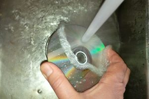 CDs und DVDs sind anfällig für Staub und Fingerabdrücke. Ich zeige Ihnen, wie Sie schnell und einfach eine DVD reinigen können. (Bildrechte: FRAGDENSTEIN.DE/ Stein)