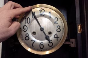 Die Pendeluhr schlägt falsch? Stimmen Uhrzeit und Anzahl der Schläge nicht überein? Oft hilft ein einfacher Trick. (Bildrechte: FRAGDENSTEIN.DE/ Stein)
