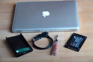 Sie wollen die Festplatte Ihres Rechners gegen eine SSD ersetzen? Ich zeige Ihnen, wie Sie eine SSD in ein MacBook Pro einbauen. (Bildrechte: FRAGDENSTEIN.DE/ Stein)