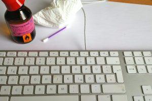 Auf einem Keyboard sammelt sich schnell Schmutz an. Wenn Sie Ihre Tastatur reinigen wollen, geht das mit einem einfachen Hausmittelchen. (Bildrechte: FRAGDENSTEIN.DE/ Stein)