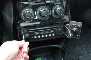 Es kommt immer wieder vor, dass man sein Autoradio ausbauen will. Aber: Wie bekommt man das Radio überhaupt aus seinem Platz im Armaturenbrett heraus? (Bildrechte: FRAGDENSTEIN.DE/ Stein)