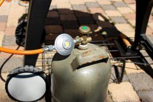 Das Grillen mit Gas ist nicht ungefährlich. Es gibt aber ein Zubehörteil, mit dem Sie im Handumdrehen einen Gasgrill sicherer machen können. (Bildrechte: FRAGDENSTEIN.DE/ Stein)