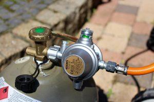 Ein doppelter Druckregler mit eingebauter Schlauchbruchsicherung ist im Handumdrehen montiert. (Bildrechte: FRAGDENSTEIN.DE/ Stein)