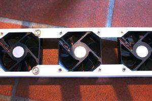 Kleine PC-Ventilatoren machen aus einem passiven einen aktiven Heizkörper. (Bildrechte: FRAGDENSTEIN.DE/ Stein)