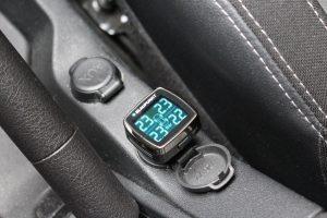Die Display-Einheit des Systems von Blaupunkt ist klein und lässt sich auf eine Auto-Steckdose setzen. (Bildrechte: FRAGDENSTEIN.DE/ Stein)