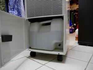 Feuchter Keller - ein Luftentfeuchter sammelt das Wasser in einem Tank. (Bildrechte: FRAGDENSTEIN.DE/ Stein)