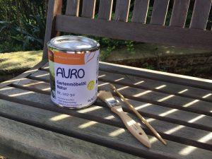 Pflegeöl für Gartenmöbel gibt es mit und ohne Farbpigmente. (Bildrechte: FRAGDENSTEIN.DE/ Stein)