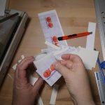 Das Logo wird auf selbstklebende Vinyl-Folie gedruckt und sorgfältig platziert. (Bildrechte: FRAGDENSTEIN.DE/ Stein)