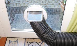 Der Abluftschlauch kann auch durch eine Katzenklappe nach außen geführt werden. (Bildrechte: FRAGDENSTEIN.DE/ Stein)
