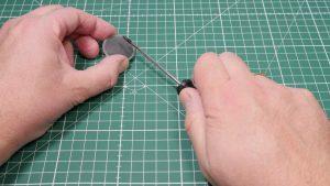 Etwa 10 bis 20 mal muss die Metallspitze über den magneten gezogen werden. (Bildrechte: FRAGDENSTEIN.DE/ Stein)