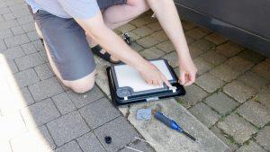 Die Position der einzelnen Bauteile am besten mit einem Handy fotografieren. (Bildrechte: FRAGDENSTEIN.DE/ Stein)
